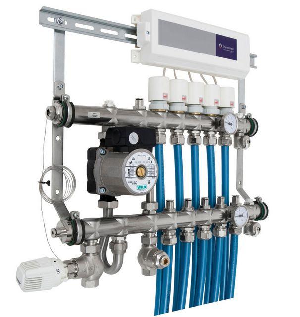 Распределительный коллекторный узел с термостатами на каждом подключенном контуре