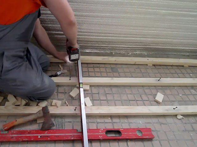 Выставление лаг в одну горизонтальную плоскость с помощью подкладок и клиньев