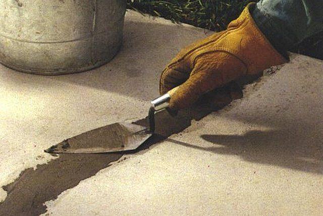 Заполнение трещины ремонтным составом