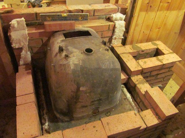 Из разрезанной ванны можно соорудить печку-каменку для бани