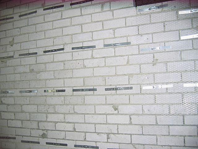 Прямые подвесы, зафиксированные на стене