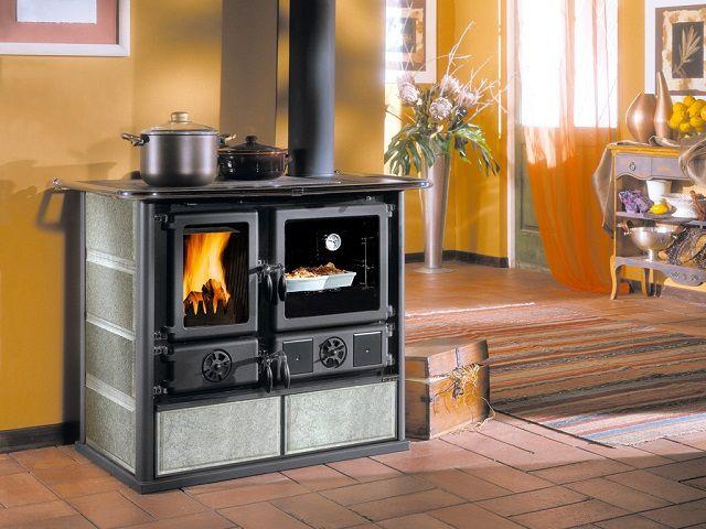 Очень оригинальная и функциональная модель - печь-камин длительного горения «La Nordica Rosa»