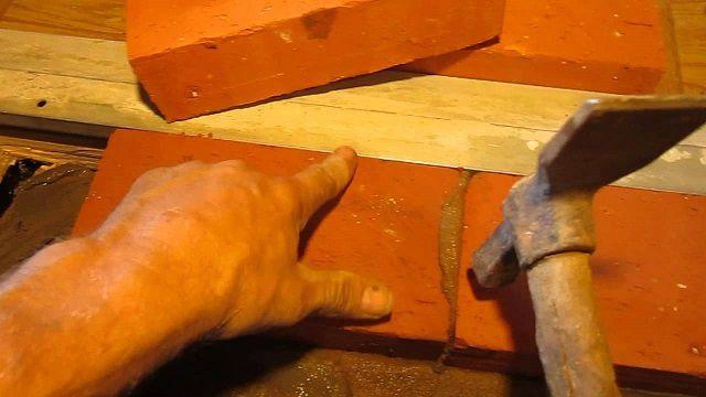 Консистенция должна быть такой, чтобы при кладке излишки раствора смогли выступить на швах между кирпичами