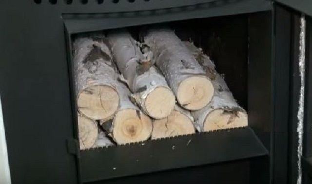 Закладка дров в печь