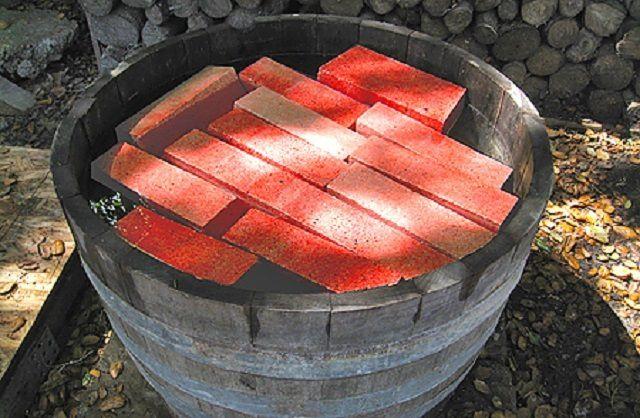 Кладочный красный кирпич перед началом работ необходимо замочить в воде