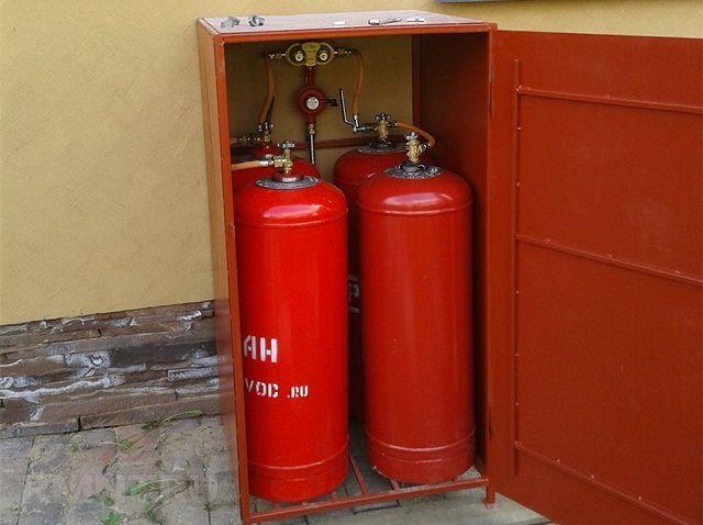 Баллоны, подключенные к внутридомовой разводке газа