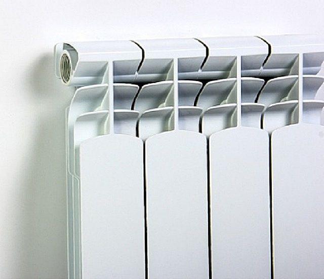 Внешний теплообменный и декоративный корпус биметаллических радиаторов – практически такой же, как и на алюминиевых
