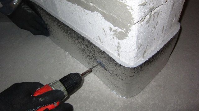 Фиксация к стене самодельной ленты, вырезанной из фольгированного пенополиэтилена