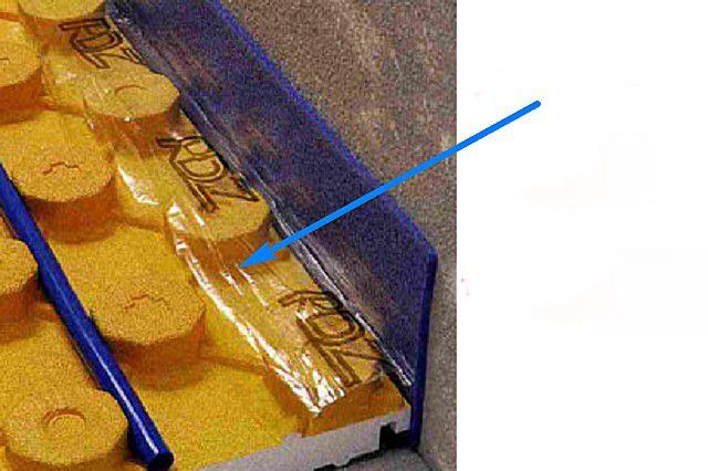 Компенсационная лента, дополненная полиэтиленовой «юбкой», укладываемой поверх настеленных утеплительных матов