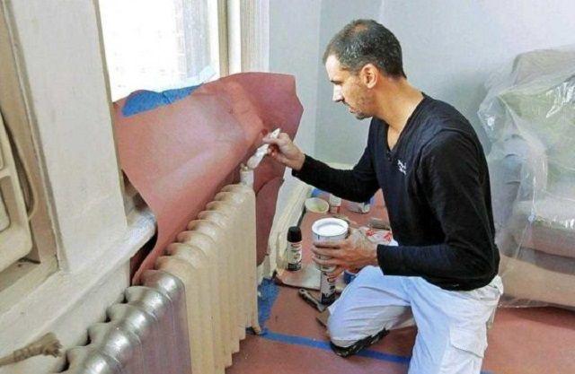 Если батареи не планируется снимать , то перед их грунтованием и окрашиванием необходимо позаботиться о защите прилегающих поверхностей стен, подоконника и пола.