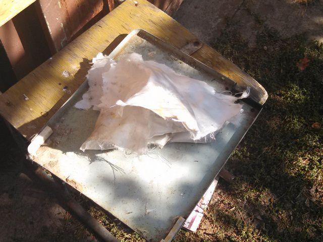 Исходные материалы: старая крышка для нарезки прижимающих пластин и кусок стеклоткани.