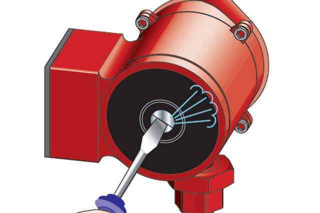 Для выпуска воздуха необходимо аккуратно отвернуть пробку, расположенную по оси ротора насоса
