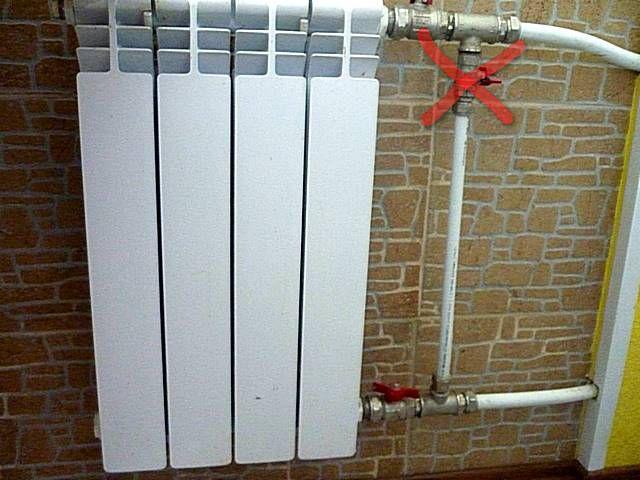 Несогласованная установка запорного вентиля или регулировочного крана на байпасе радиатора в стояке многоквартирного дома будет восприниматься как грубое нарушение со стороны хозяев квартиры