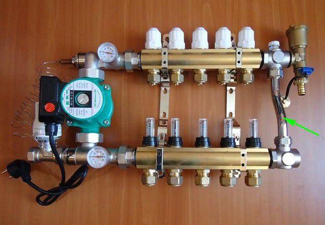 Байпас с балансировочным клапаном в смесительно-коллекторном узле заводской сборки