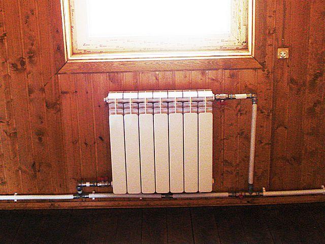 Вариант подключения радиатора при горизонтальной разводке труб