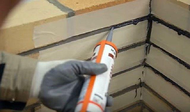 Чтобы не испачкать герметиком поверхность кирпичной кладки, разумным решением будет заклеить ее малярным скотчем, оставив только просветы по линии заделываемых швов