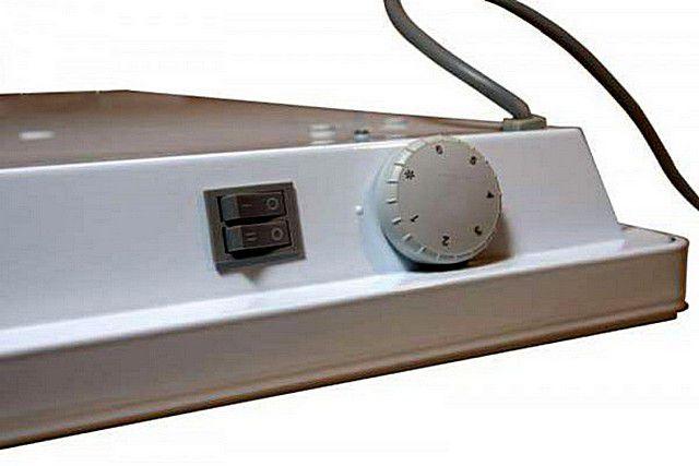 Пример простейших органов управления недорогой модели конвектора – два уровня мощности и электромеханический термостат