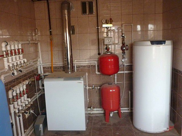 Напольные газовые котлы обычно мощнее настенных, и часто требуют оборудования выделенной котельной