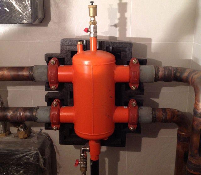 Гидравлический разделитель заводского производства – сверху предусмотрен автоматический воздухоотводчик, а снизу – кран для удаления скопившегося шлама