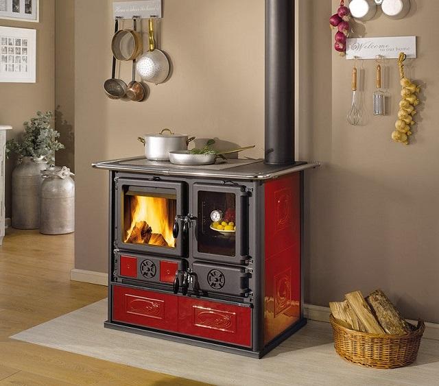 Печь-камин «Rosa Reverse» — и украсит кухню, и позволит приготовить любые блюда.