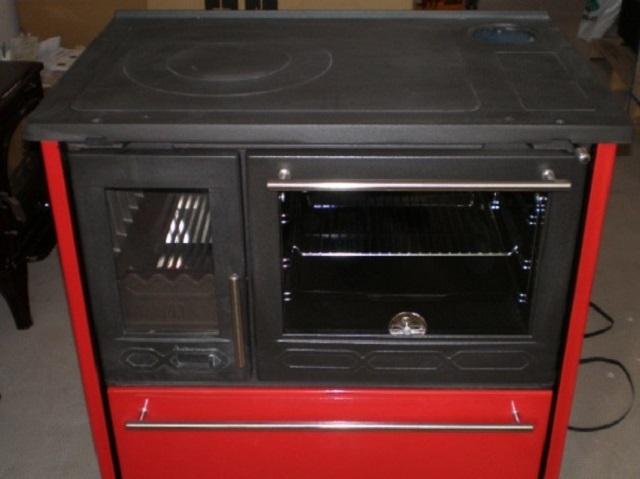 Лицевая сторона печи – хорошо видны духовой шкаф, топочная камера, расположенный снизу шкаф.
