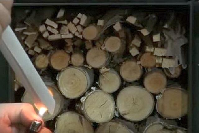 Для розжига печи длительного горения в области запального окна выглаживаются мелкие щепки и самые тонкие дрова.