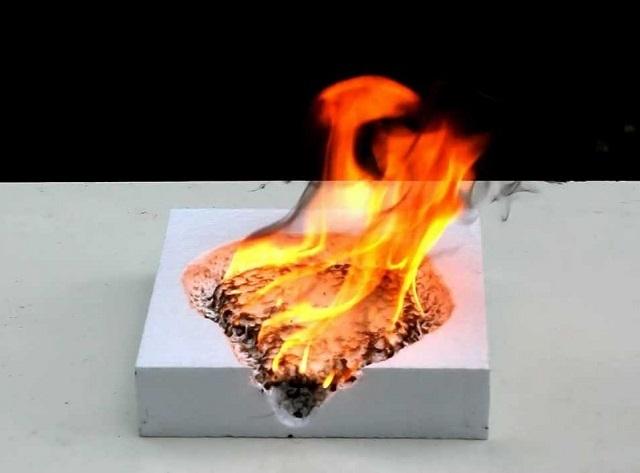 Во время горения пенопласт становится опасным для жизни человека не столько из-за пламени, сколько из-за выделения токсичных продуктов сгорания.