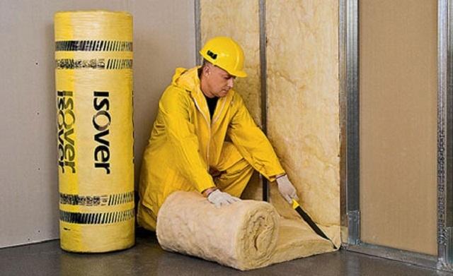 Стекловата применяется как для наружного, так и для внутреннего утепления жилых строений. Однако, применяя ее для внутреннего утепления, необходимо использовать защитную мембрану, которая предотвратит попадание в помещения микроскопических обломков волокон, способных вызвать аллергию.
