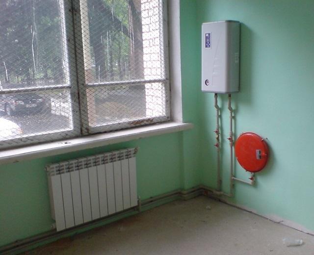 Мощности компактного электрического однофазного котла обычно бывает вполне достаточно для обогрева среднестатистической городской квартиры.