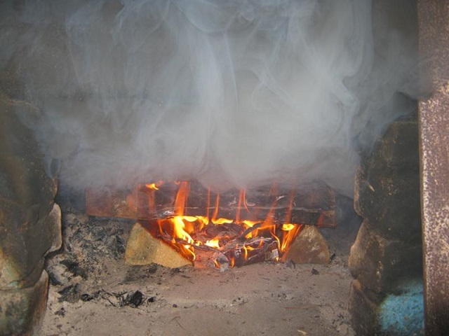 Возникновение обратной тяги в давно работающей русской печи – дым начинает валить в комнату.