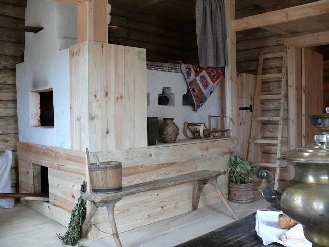 Русская печь в интерьере деревенского дома.
