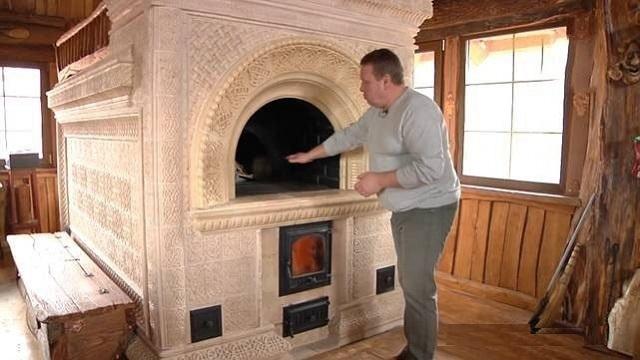Русская печь с дополнительной топкой позволяет использовать конструкцию для приготовления пищи в варочной камере, расположенной в передней части пода, не протапливая асе сооружение полностью.