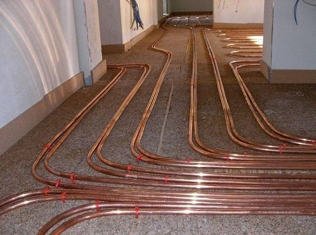 Система «теплый пол» под стяжку, выполненная из медных труб.