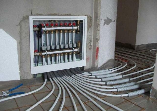 Например, для системы «теплый пол» выбираются трубы, рассчитанные на определенную температуру теплоносителя и допускающие изгибы под довольно малым радиусом.