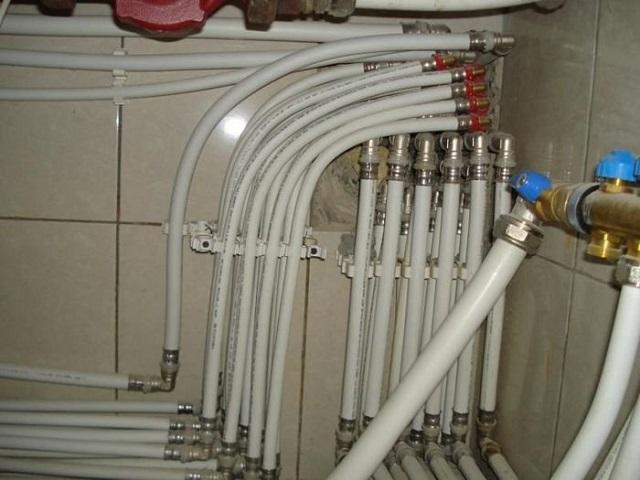 Популярность металлопластиковых труб во многом зиждется на том, что их монтаж с использованием цанговых фитингов не требует никакого дополнительного оборудования.