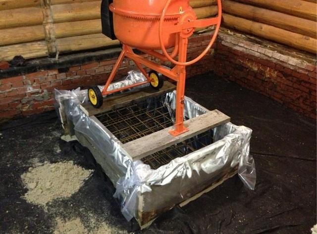 Опалубка под заливку фундамента, закрытая изнутри гидроизоляционной пленкой. Внутри выложены армирующие сетки.