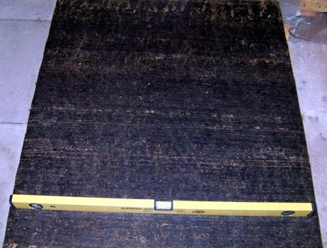 Для гидроизоляции готового фундамента используется лист рубероида.