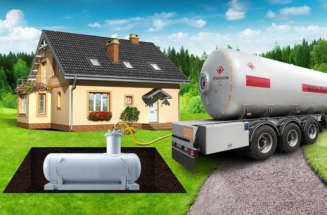 Заполнение газгольдера сжиженным газом из специализированного автомобиля-заправщика.