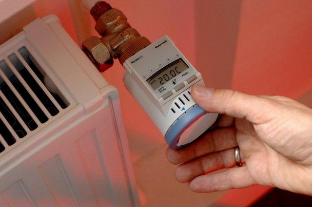 Экономное расходование выработанной котлом тепловой энергии может достигаться установкой термостатических регуляторов на радиаторы отопления.