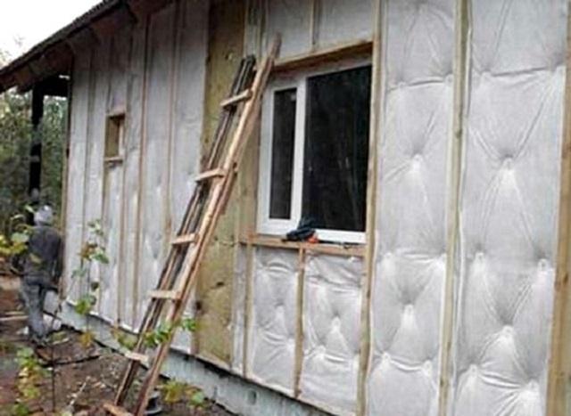 Утепленная поверхность фасада затянута ветрозащитной мембраной и готова к началу работ по монтажу сайдинга.