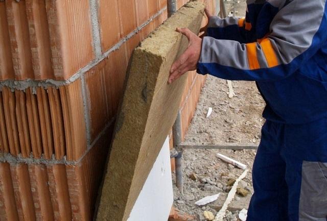 Блоки минеральной ваты могут иметь довольно высокую поверхностную плотность, способствующую стабильности их форм и размеров