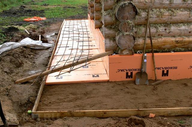 Пример укладки плит пеноплекса сплошным горизонтальным поясом по периметру цоколя.