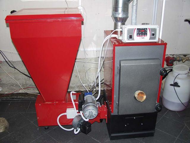 Отопительный котел с системой автоматической подачи пеллет из бункера в камеру сгорания