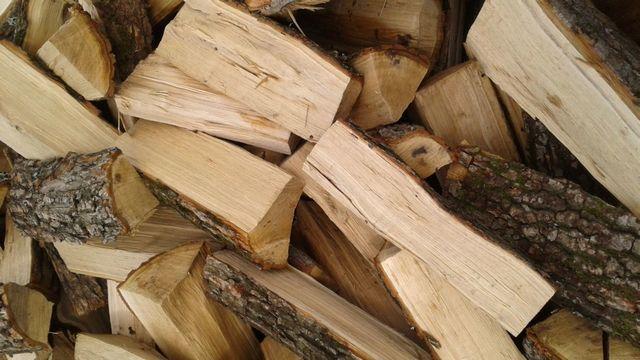 Дубовые дрова можно отнести к «элите», и стоимость их для многих домовладельцев является неподъемной
