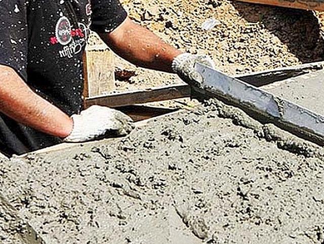 Заливка бетона в опалубку с последующим выравниванием поверхности