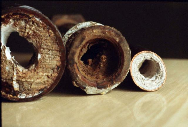 Трубы могут зарастать и продуктами коррозии, и нерастворимыми солевыми отложениями