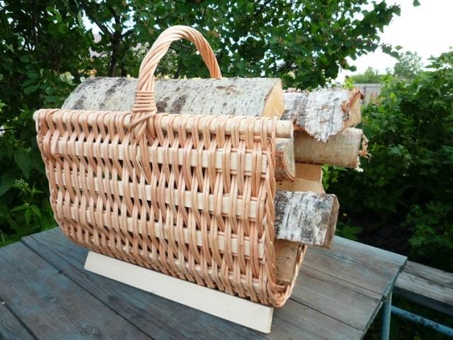 Плетеный вариант переносной подставки под дрова.