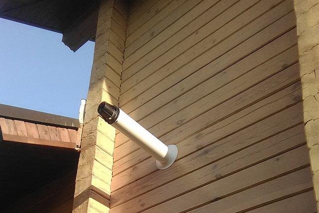 Даже через деревянную стену можно проложить коаксиальный дымоход, не вырезая для этого огромного окна под пожаробезопасную проходку.