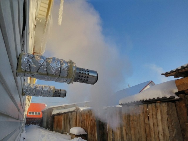 Дополнительное утепление наружного отрезка внешней трубы коаксиального дымохода – простое и эффективное средство борьбы с его обледенением.