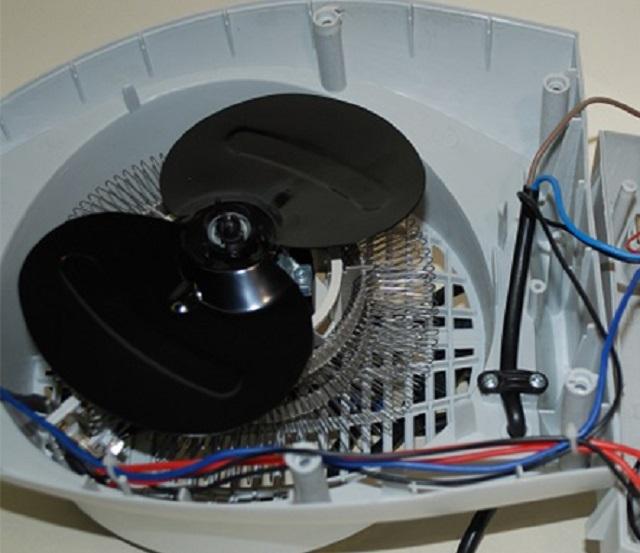Недорогой тепловентилятор, оснащенный спиральным нагревательным элементом. Надежность и безопасность не выдающиеся, плюс вероятность появления запахов от подгоревшей пыли или затянутых потоком воздуха насекомых.